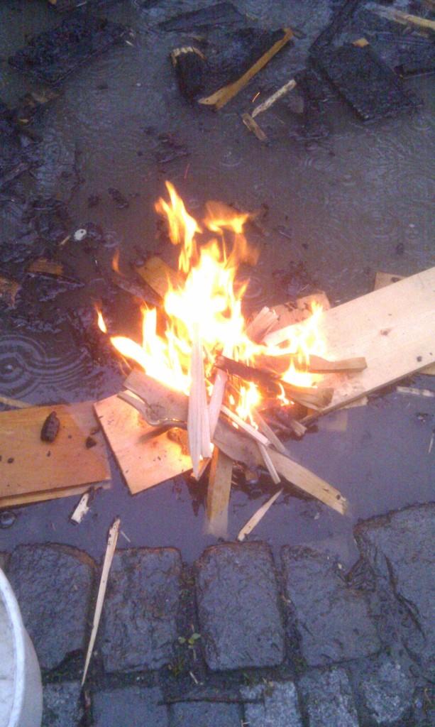 Schwimmendes Feuer im Regen