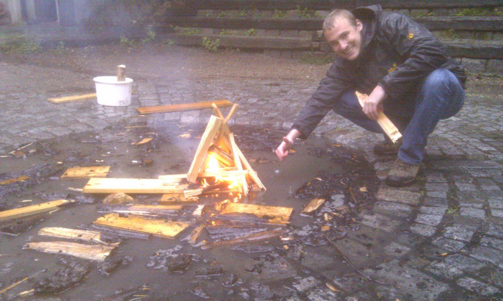 Schwimmendes Feuer im Regen mit David
