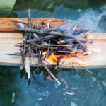 Feuer auf einem schwimmenden Brett