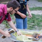 Jakob begutachtet das Feuer